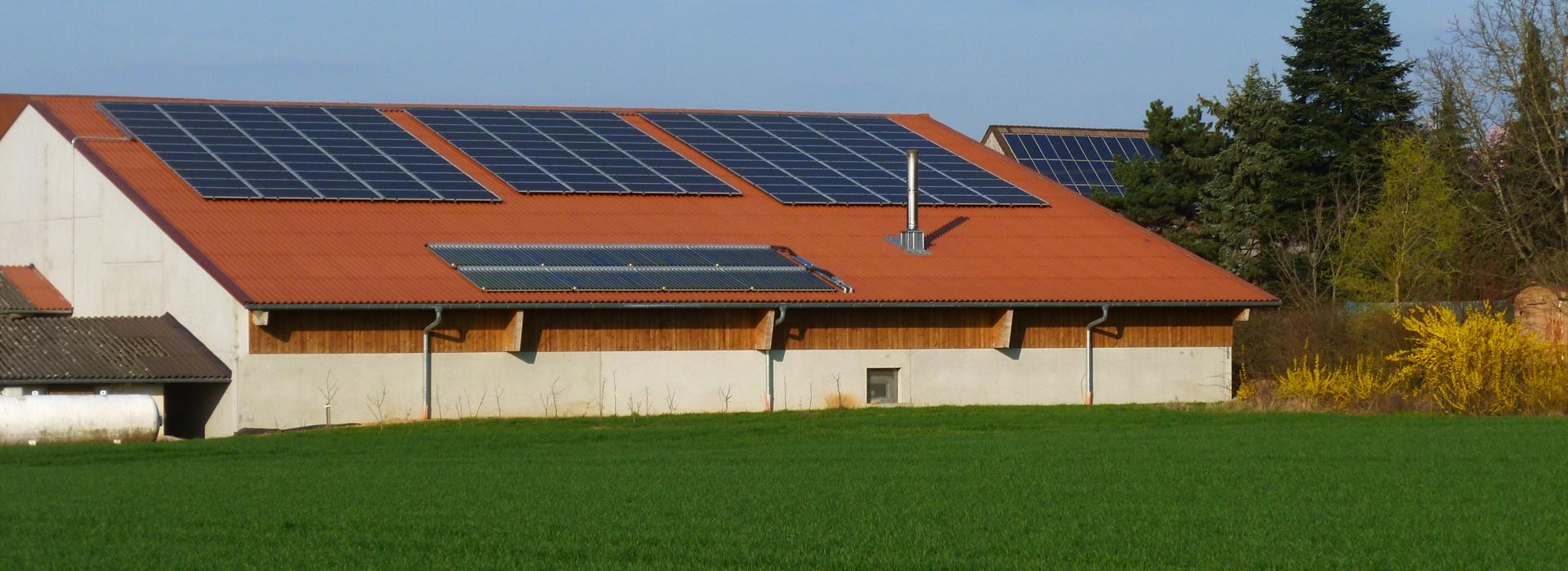Halle fuer Hackschnitzel mit Heizraum und Fotovoltaik. Rems-Murr-Schwein Erneuerbare Energien Andreas und Rainer Mueller